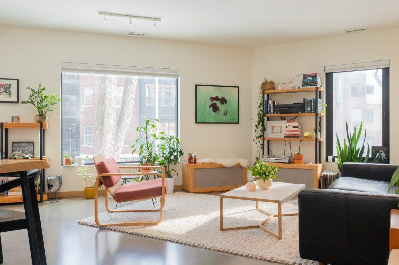 Duży salon z małą ilością mebli tworzy nieprzyjemne echo, aby je zniwelować zastosuj... dywan