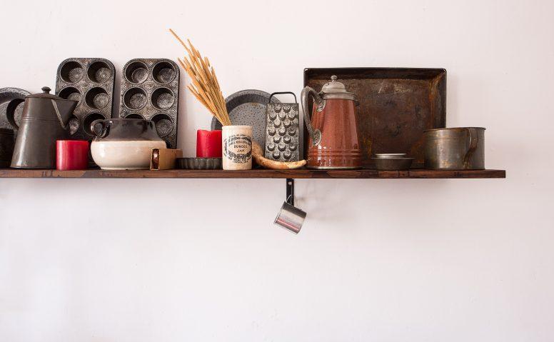 W małej kuchni zrezygnuj z ciężkich ozdób